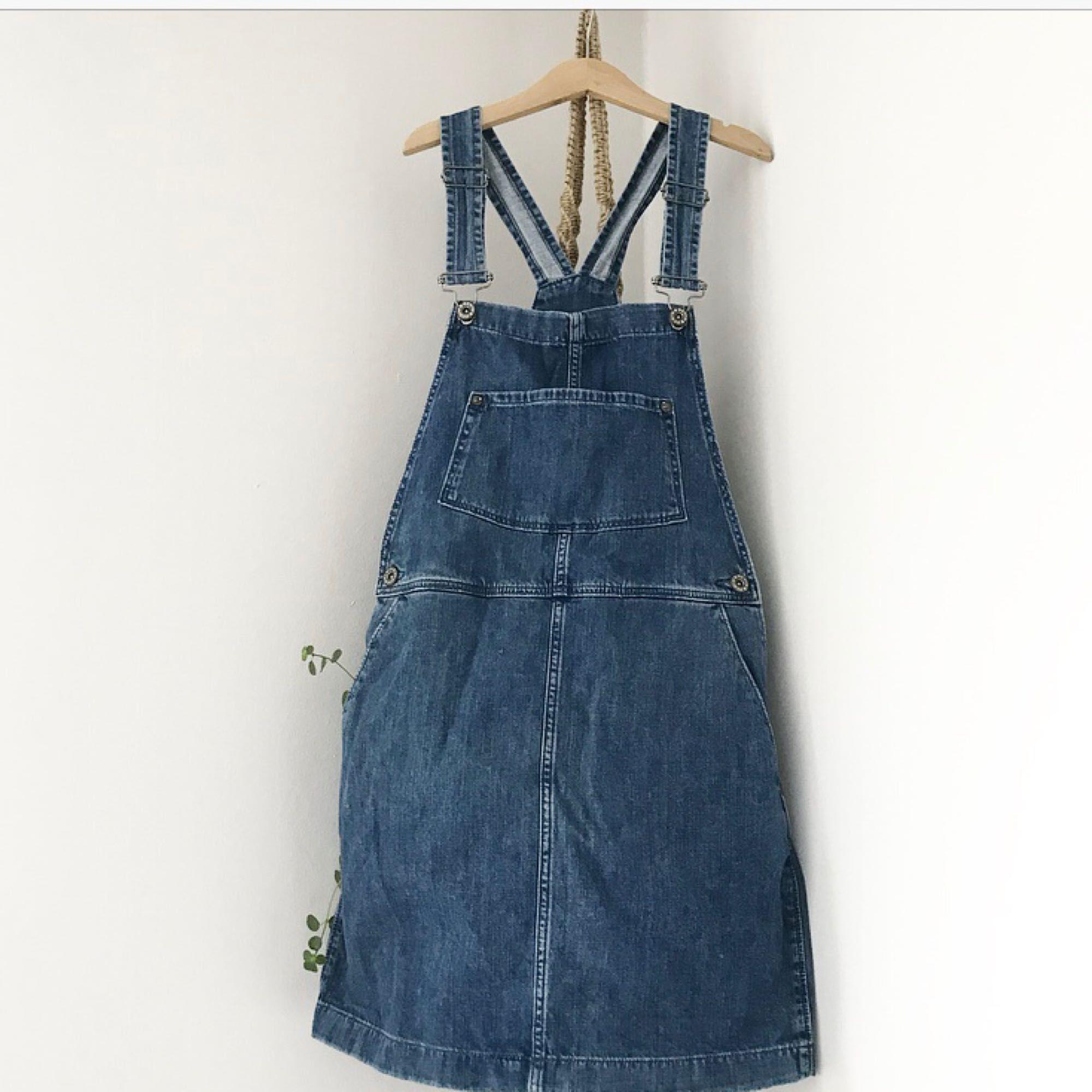 badb04583383 Söt hängselklänning i jeanstyg från h&m. Lika fin som när jag köpte den!