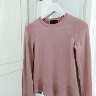 Tröja från märket Stockhlm som finns att köpa på MQ. Tyvärr är denna tröja för liten för mig och passar bättre en 34 än en som är mer 36. Frakt tillkommer.
