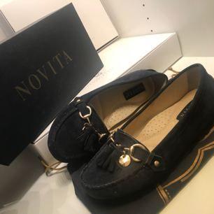 Säljer ett par stilrena loafers från märket Novita. Fin färg som passar bra till sommaren.   Endast använda vid ett tillfälle, konfirmation för två år sedan. Så väldigt fint skick och inga slitage på varken skon eller sulan.   Priset är inte hugget i sten! Storlek 36  Nypris 899kr   Vid frågor bara att höra av er! :)