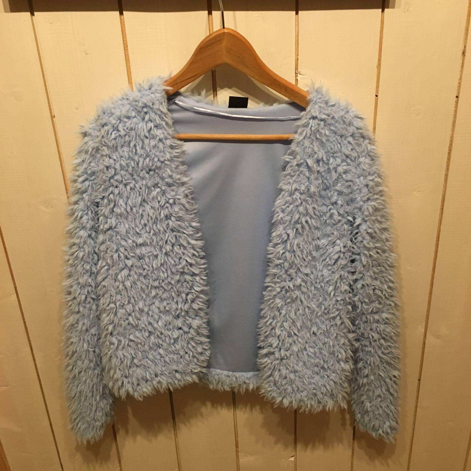 17b23634 Fin och mysig fuskpälsjacka i ljusblå, perfekt till våren då det är väldigt  trendigt med ...