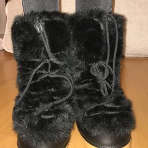 Moderna & Grymt coola vinterskor, är själv inte vågad till att bära upp skorna och av den anledningen nästan aldrig använda Köpare står för ev. frakt  :)