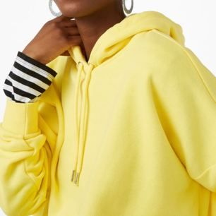 Oversize klargul hoodie (färgen stämmer bäst på sista bilden), köpt på Monki för 250 kr men knappt använd så i fint skick. Står XS på lappen men passar bäst på en S/M då den är ganska oversize. Skicka ett meddelande om du har frågor eller vill ha fler bilder!