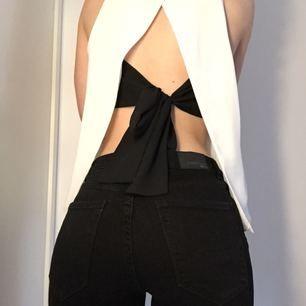 Hur snyggt linne från Zara? 🤩 Vitt med öppen rygg och en svart rosett som knyts bak i ryggen! 😇 Gör sig visserligen orättvis på bild men så fint! 💕 Kan skickas, men då står köparen för frakt! 💌 Katt finns i hemmet! 🐈