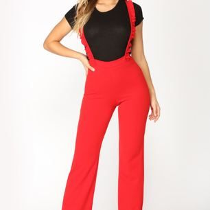 Röd byxdress från den amerikanska webbshoppen fashion Nova! Helt oanvänd med prislappar kvar. Materialet är stretchigt! Kan mötas i Uppsala eller fraktas 🌹
