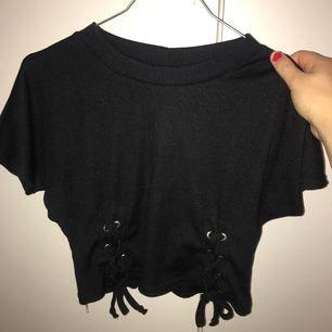 Ny kortare tröja med spets i kanterna från boohoo, oanvänd.
