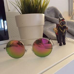 Nu kan världens ballaste solbrillor bli dina! 🌪 Silvriga bågar, glaset skiftar i färg beroende på vilken vinkel man ser på dem från! ✨ Kan skickas, då står köparen för frakt! 💌 Katt finns i hemmet! 🐈