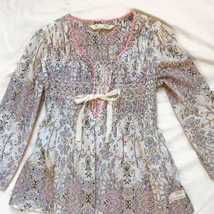 En härlig blus som passar perfekt till våren! Från märket Odd Molly köpte jag den för 1400kr. Storleken är 0 och det är som XS💗