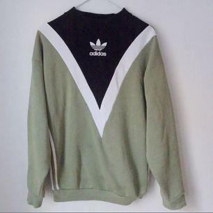 ❌ ADIDAS ORIGINALS / HAILY BALDWIN ❌ Säljer nu min fina tröja. Knappt använd då den inte riktigt funkar med min stil. Älskar den dock!!!  Nypris 799, Ditt pris 400!!!!😱😱  Mottagaren står för frakt!