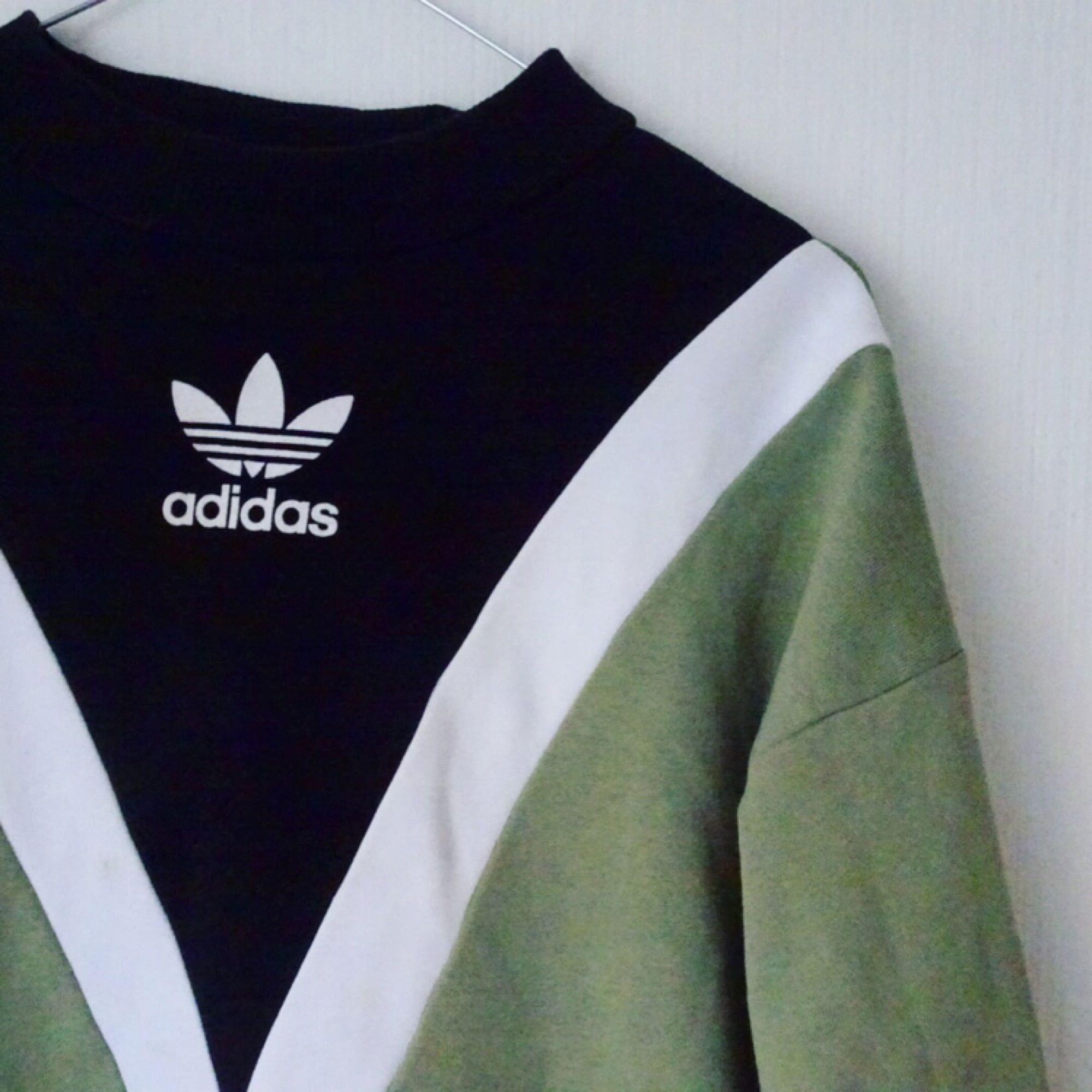 ❌ ADIDAS ORIGINALS / HAILY BALDWIN ❌ Säljer nu min fina tröja. Knappt använd då den inte riktigt funkar med min stil. Älskar den dock!!!  Nypris 799, Ditt pris 400!!!!😱😱  Mottagaren står för frakt!. Huvtröjor & Träningströjor.