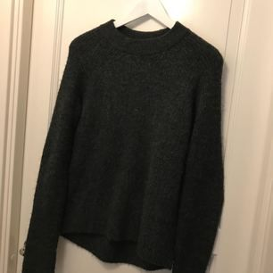 """En """"stickad"""" (osäker) tröja från H&M. Köptes i höstas i Spanien. Fler bilder kan tas.    En väldigt mysig och go tröja som är ett måste i garderoben ;)     Nypris ca 199kr  Nu 99kr plus frakt"""