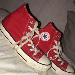 Äkta röda converse, använd ca 3 gånger så dom är i bra skick säljer pga att dom är försmå och faller mej inte i smaken, swish går bra köpare står för frakten