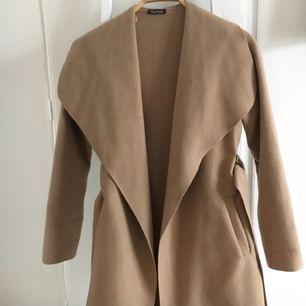 Jättefin kappa från Boohoo i storlek S/M, köpt själv här på Plick men tyvärr för liten för mig:( Frakt inkluderat i priset✨