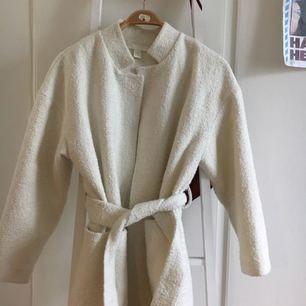 Extremt fin vit kappa från HM i storlek 38! Säljer den för att jag tyvärr aldrig använder den då jag har flera liknande, så vill att denna ska få ett nytt hem✨ frakt inkluderat i priset! Kan mötas upp i Göteborg också