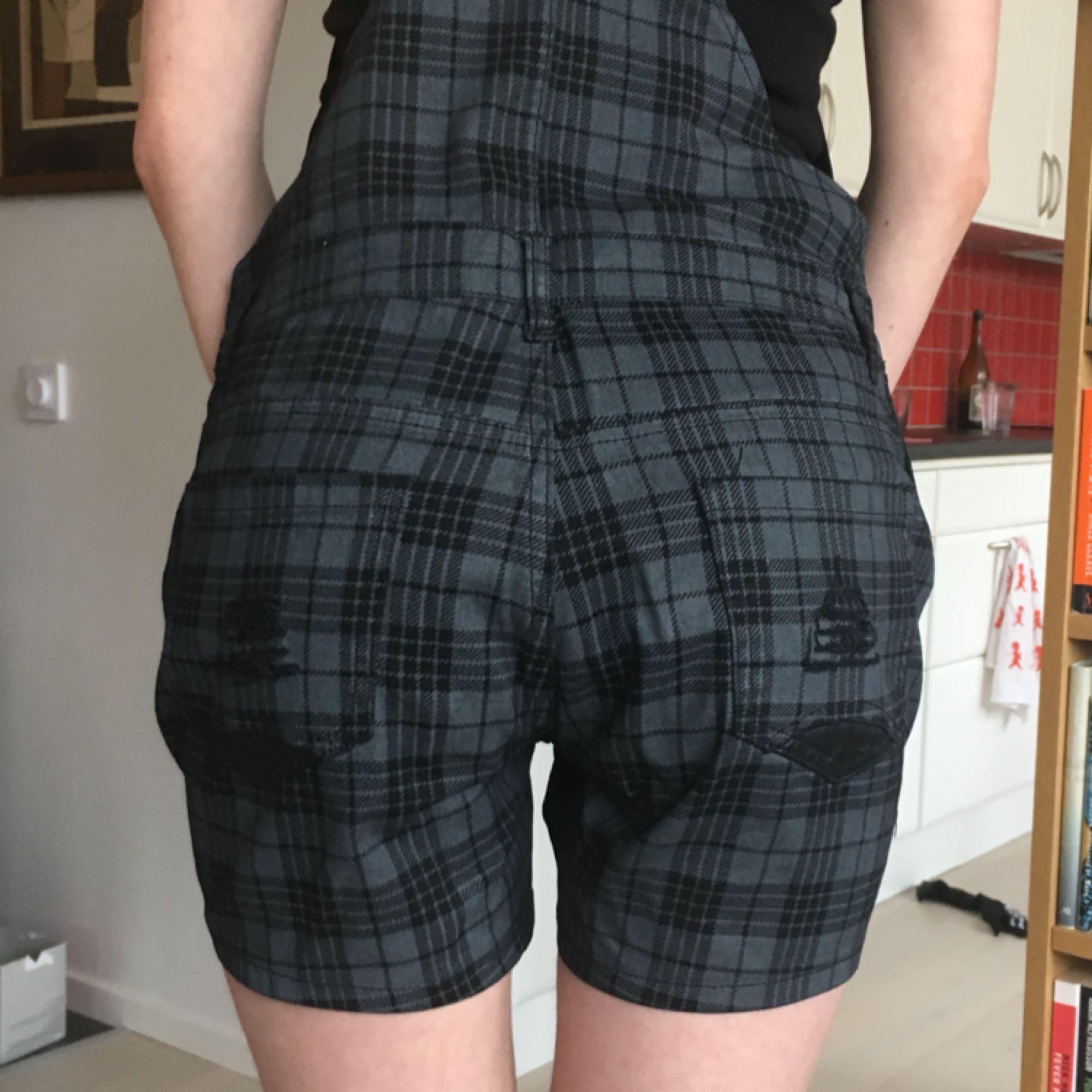 Rutiga hängeselshorts från Sweden Rock shop, perfekta för sommaren! Passar small-medium bäst (modellen har XS och de är stora på henne) 🦋. Shorts.