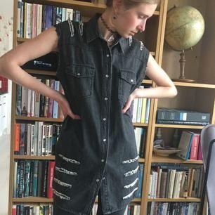 Skitsnygg skjortväst från Cheap Monday. Är i storlek XS, funkar dock för flera storlekar (modellen är ca small men den passar även mig som jag M-L i överdelar)