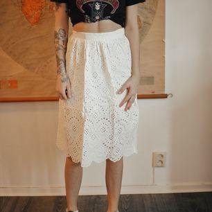 Somrig vit kjol från NA-KD, fin till skolavslutningen/studenten. Använd en gång. Frakt: 55 kr (blåpåse från Postnord) ▪️ Mitt pris: 70 kr eller bud!