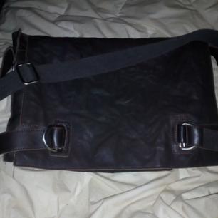 Mörkbrun Messenger väska fr Tiger of Sweden, använd ngn gång i utmärkt skick, perfekt för skola el jobb. Väskan är i mjukaste skinn.