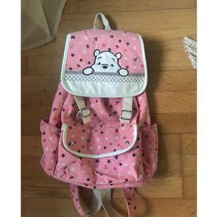 Nalle Puh ryggsäck 🎒  Väldigt stor och fin har bara använt den 1 gång ✨  Köparen står för frakten! 📮  Katt finns i hemmet 🐈