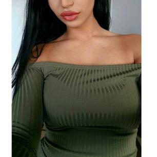Off shoulder body från Nelly.  Militärgrön i stretch material.  Passar upp till storlek M.  Passar perfekt till högmidjade byxor eller kjol. Använd 2 gånger ! Som ny.