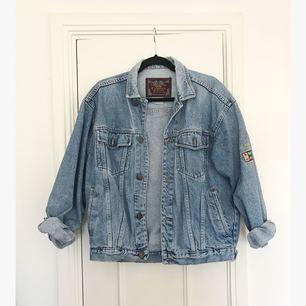 Oversized vintage jeansjacka i perfekt skick, som ny! Beroende på hur oversized man vill att den ska kännas passar den mellan storlek 36-40. Köpt på Brandy Mellville, från deras vintage-sortiment. Nypris ca 550 kronor.