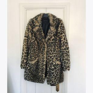 Leopardmönstrad fuskpäls från New Look. Saknar två av tre knappar som är lätta att ersätta och sy på själv, men därav lägre pris.