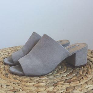 Lila/grå sandaletter med relativt låg klack köpta second hand men från början från forever 21. Supersköna, lätta att gå i och sjukt snygga.