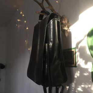 Läderryggsäck (mest troligt imitationsläder) i använt men fint skick. Finns i Sthlm.