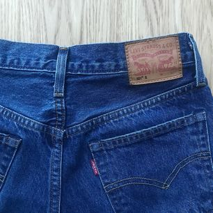 Snygga Levis-jeans som tyvärr blivit för stora för mig. Använda ca 5ggr. Köparen står för frakten! 🤩👖🤗