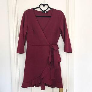 Jag säljer en superfin wrap dress i en bärigt röd nyans från Boohoo. Den visade sig tyvärr vara för liten för mig och är bara använd en gång, som ny!