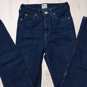Lee jeans, dragkedjan är trasig därav billigt pris.  Lee märket där bak har även fått små skavanker, se bild två 100 + eventuell frakt, möts annars upp i Lund eller Höllviken