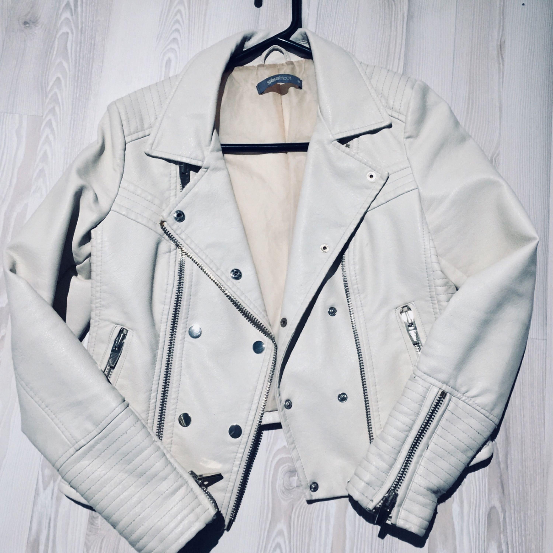 """""""Vanilj"""" vit skinnjacka från Gina Tricot.  250kr + eventuell frakt, möts annars upp i Lund eller Höllviken. Jackor."""