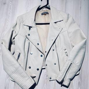 """""""Vanilj"""" vit skinnjacka från Gina Tricot.  250kr + eventuell frakt, möts annars upp i Lund eller Höllviken"""