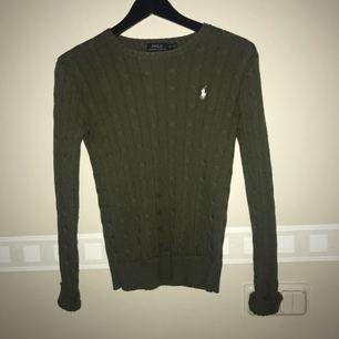 Otroligt snygg och skön Ralph Lauren kabel stickad tröja, köpt i Ralph lauren butik i USA för ca 1000kr. Använd fåtal gånger! Frakt inräknat i priset