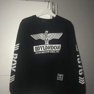 Äkta BOY London tröja, helt ny och aldrig använd, lite oversize. Köparen står för frakt. Kontakta mig för vidare frågor! 💎