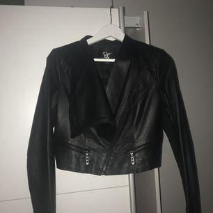 Säljer en häftig svart skinnjacka från Vero moda. Jackan har används ett par gånger men är fortfarande i bra skick! Köparen står för frakten, kontakta mig för vidare frågor! 💎⭐️