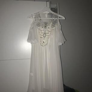Väldigt vacker vit fin klänning med paljetter! Passar perfekt till kommande festligheter! Har endast används en gång så klänningen är så gott som ny. Köparen står för frakten! Kontakta mig för fler frågor! 👑⭐️
