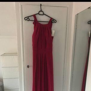 Hallonröd balklänning! Jätte fin modell och oanvänd på grund av fel storlek. Köptes för 900 kr säljer den nu för 400 kr.