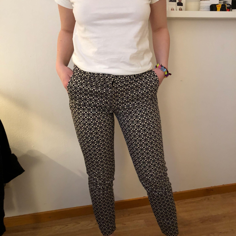 Svart och vita kostymbyxor H M Jeans   Byxor - Second Hand d82ed4d6daa96