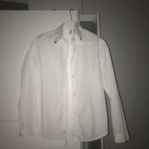 Vit skjorta, aldrig använd, nytt skick! Köparen står för frakt! Kontakta mig för frågor! ❤️