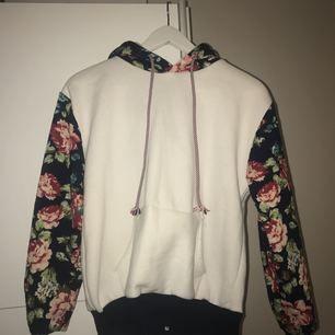 Säljer en fin vit hoodie med blommigt mönster, beställde den online för ett tag sedan, använd ett par gånger men den är ändå lika fin. Köparen står för frakt, kontakta mig för fler frågor ❤️