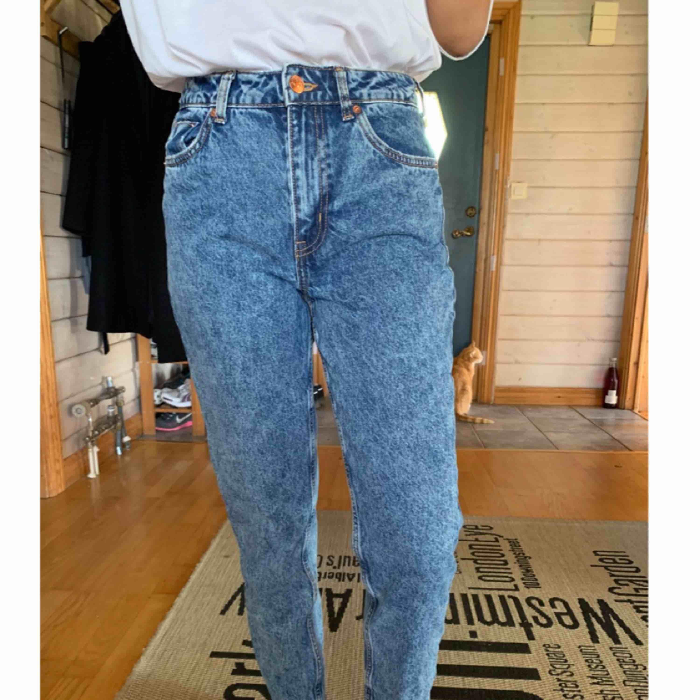 Högmidjade jeans ifrån H&M, bara använda 1 gång, dom är nästan som Mom jeans fast då borde man vanligtvis ha XS-S ✨  Köparen står för frakten! 📮  Katt finns i hemmet 🐈. Jeans & Byxor.