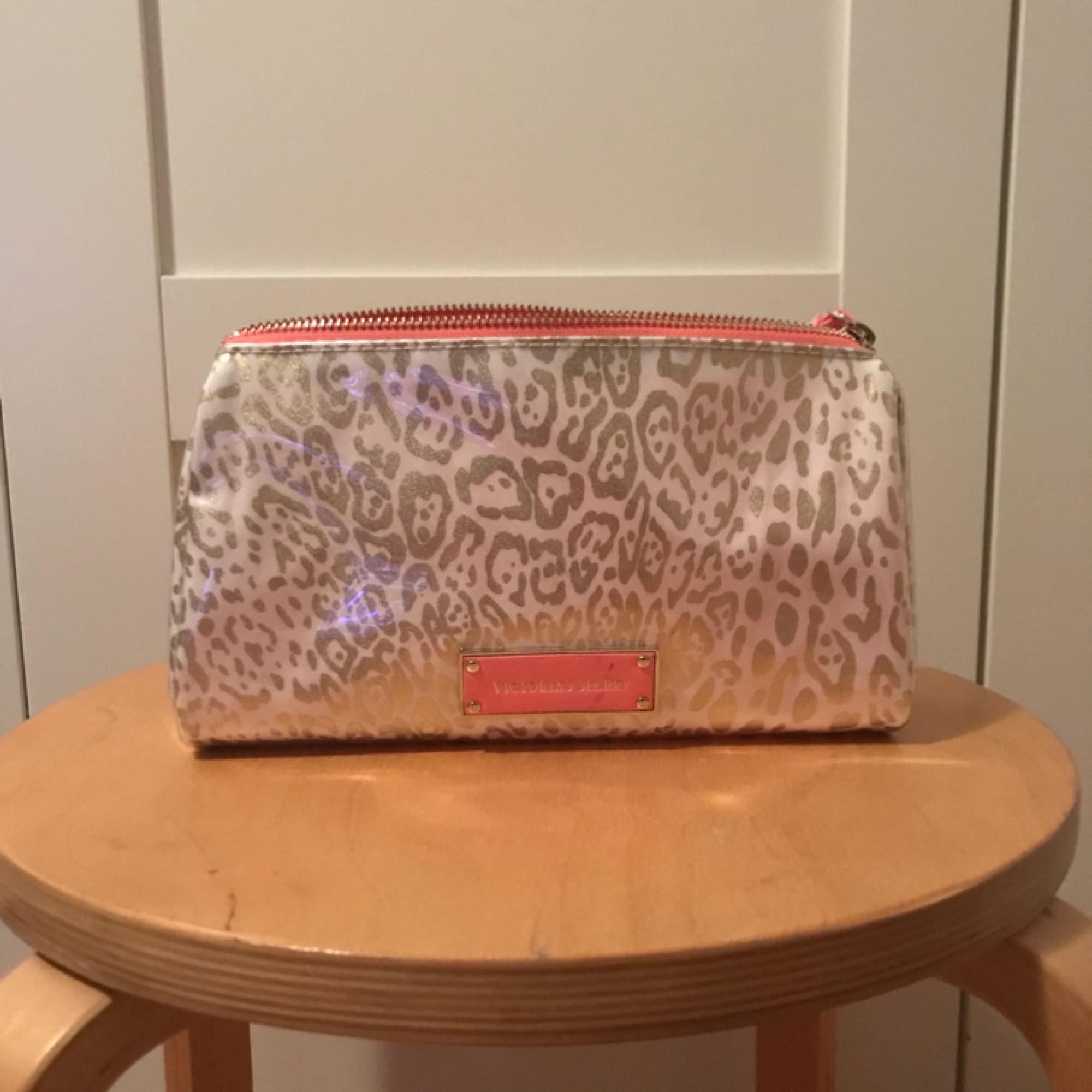 26b00e727b3 En snygg necessär från Victorias Secret med dragkedja och ett leopard  mönster i guld och rosa ...