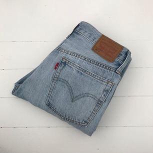 Levis 501 jeans i hög midja med knappgylf. Ej stretch, sitter tight. Längd: 28. Köparen står för frakten.