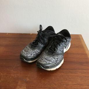 Mönstrade Nike Trainers  Använda men i gott skick  Frakt tillkommer! (Fraktfritt: jag kan mötas upp i Malmö)  Skickar gärna fler bilder!