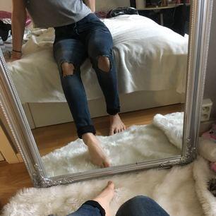 Snygga mörkblåa jeans från H&M. Har använt 2-3 gånger.