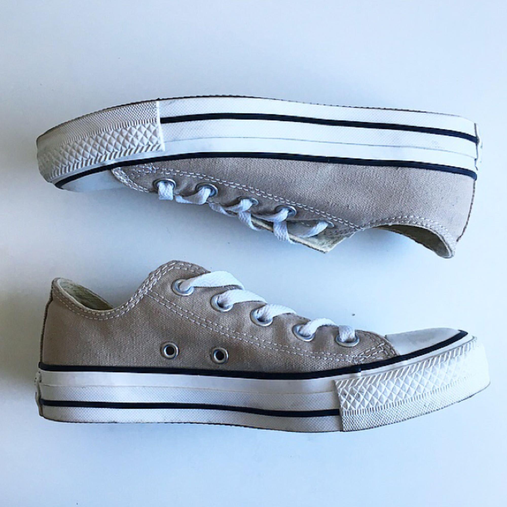 Converse i beige. Använda 1 gång, så de är i toppskick! 🤗 Köparen står för ev fraktkostnad . Skor.