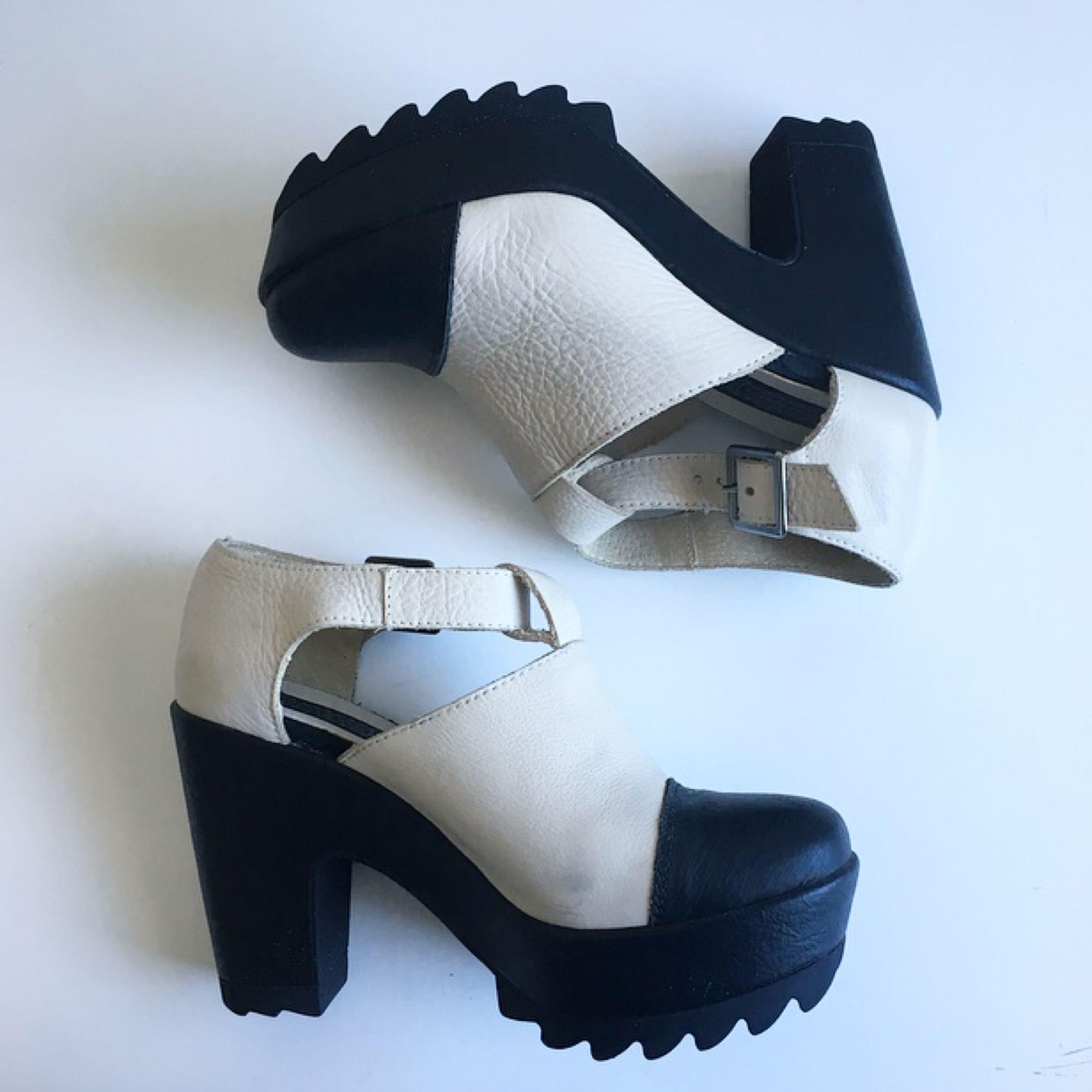 Skor från Urban Outfitters. Supersköna att gå i med platån och den grövre klacken. Älskar skorna, men tyvärr kommer de inte till användning. De förtjänar ett bättre hem ❤️ Köparen står för ev fraktkostnad . Skor.