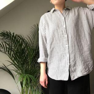 Mjukaste skjortan från Monki! Rutig och oversized, strl S. Använd men i gott skick. Säljer pga hängt i långt in i garderoben alldeles för länge. Köparen står för frakten och betalning sker via Swish!✨