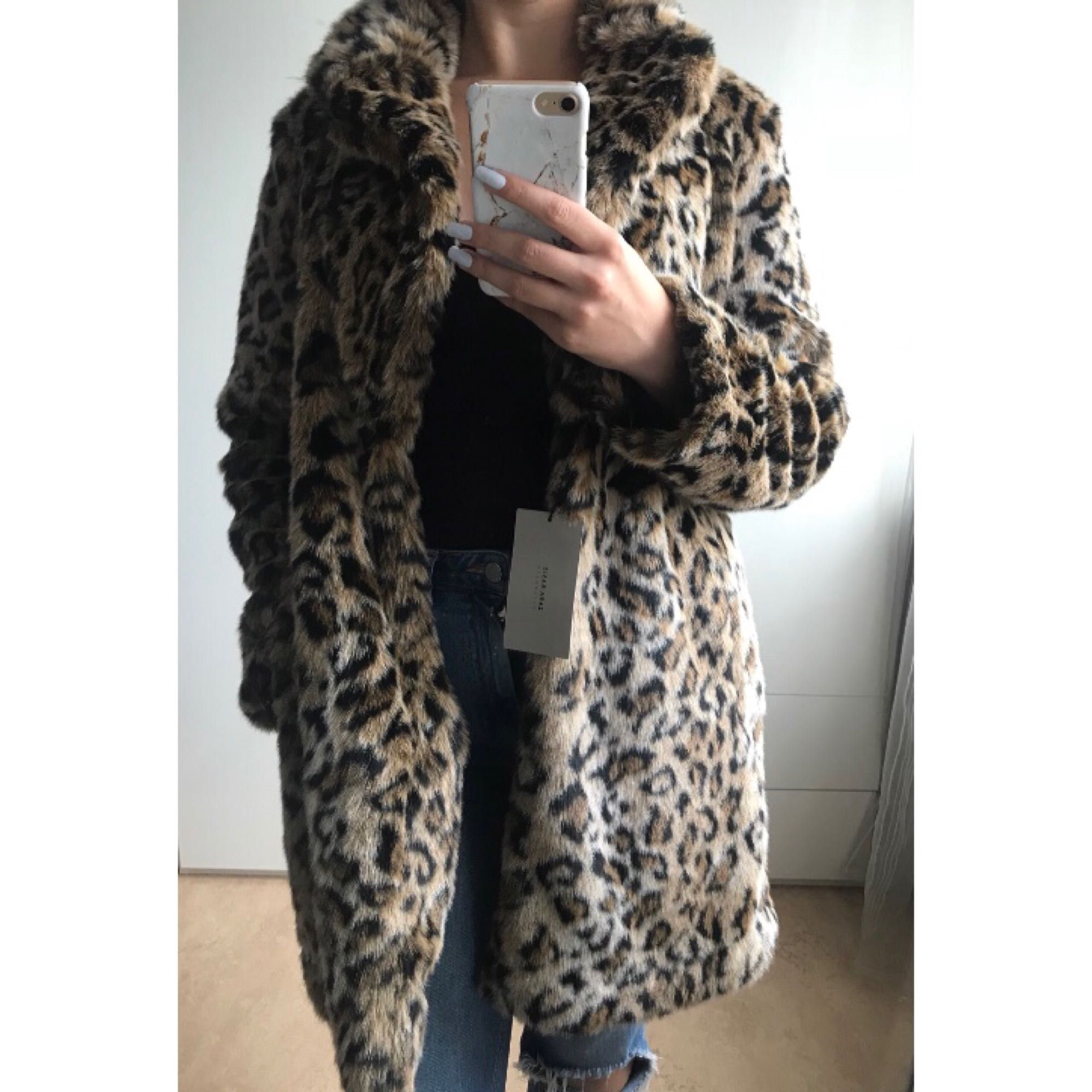 Fuskpäls i leopardmönster från Zara med fickor. Aldrig använd, lappar kvar. Köpt för 999kr. Möts upp i Gbg eller så tillkommer frakt. . Jackor.