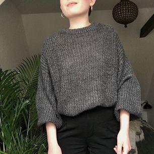 Mysig grå stickad tröja med ballongärmar🎈. Köpt på Gina Tricot i höstas. Strl S, men är så pass oversized att den kan funka för M också. Säljer pga kommer tyvärr inte till användning. Köparen står för frakt och betalning sker via Swish!✨